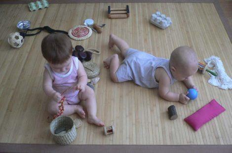 bebés jugando