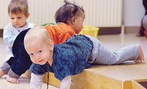 bebés sobre tarima