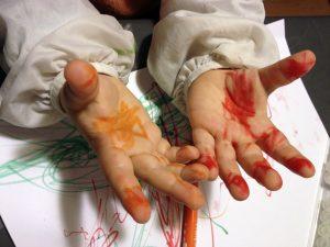 manos-pintadas-nino-pedagogia-waldorf-hoptoys
