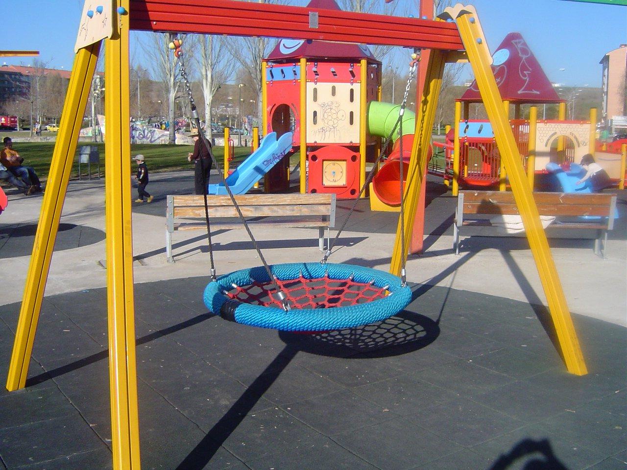Parques infantiles adaptados a todos hop 39 toys for Columpios infantiles
