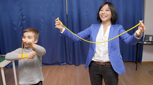 La creadora de la escuela de magia Abracadabra, Huang Zheng, con uno de los alumnos. (Foto: Peio García)