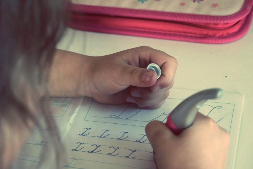 Un niño que escribe