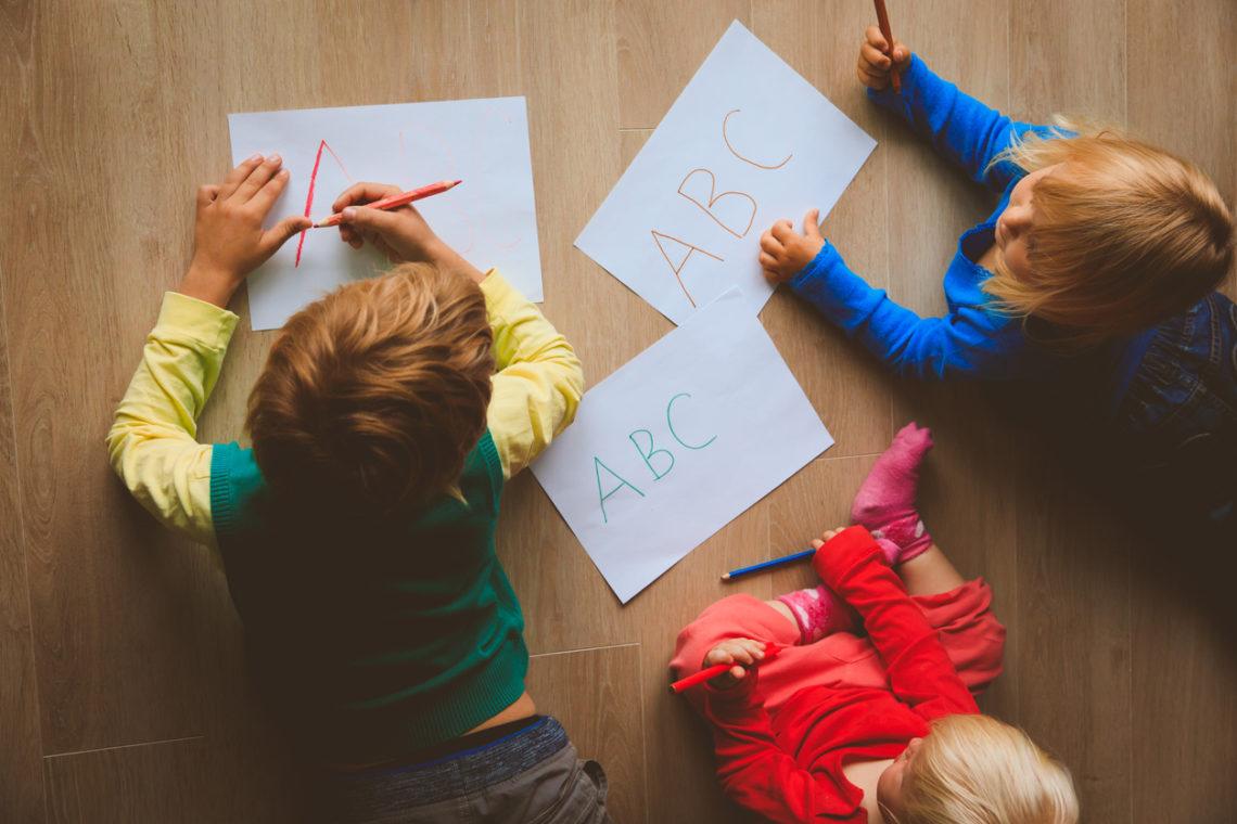 niños haciendo dibujos en el suelo