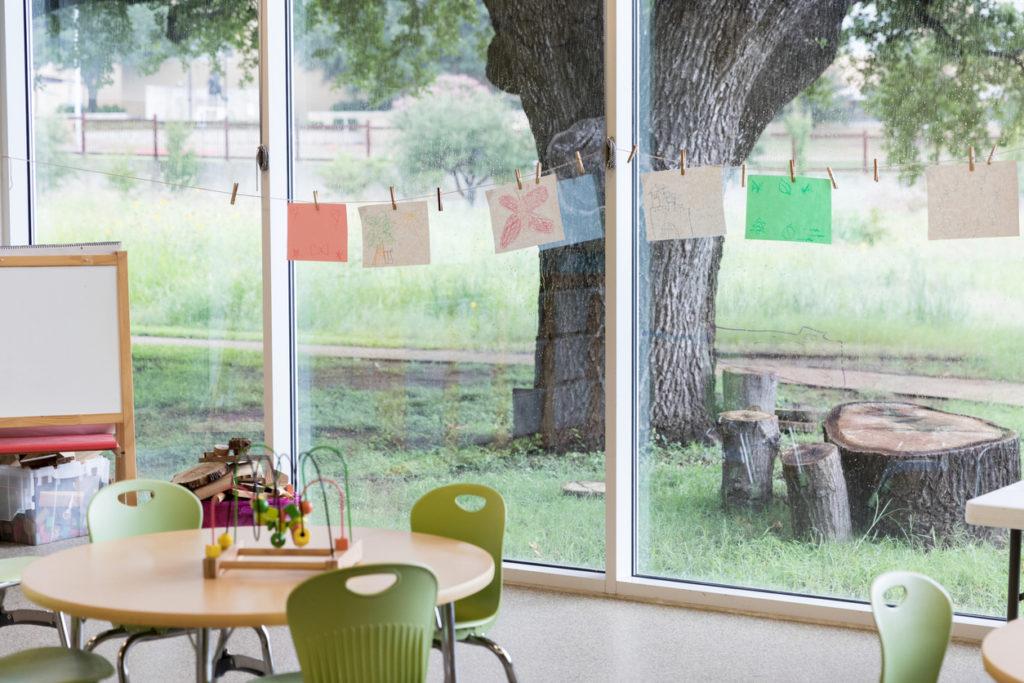 Aula con grandes ventanas con vistas a un exterior con mucho verdor
