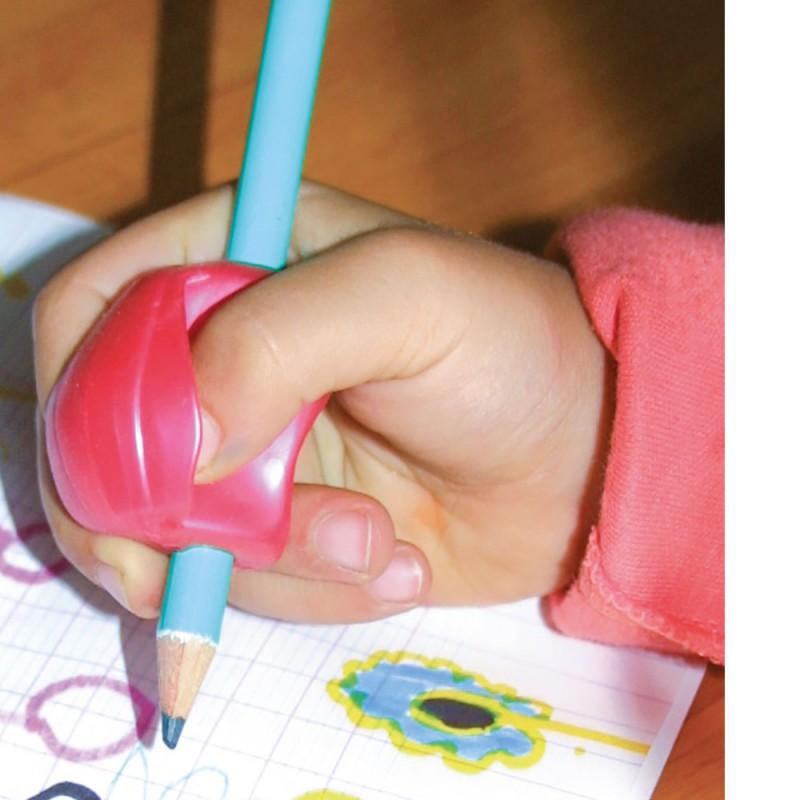 Un niño escribiendo con un manguito guía gigante para los dedos