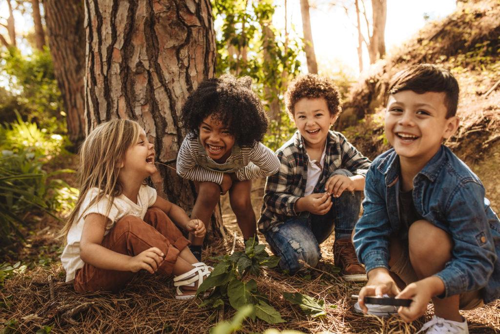 Niños explorando el entorno