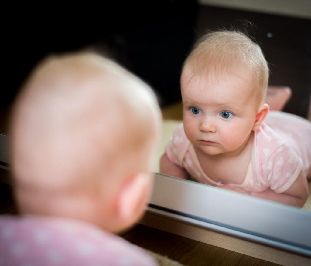 bebé y espejo