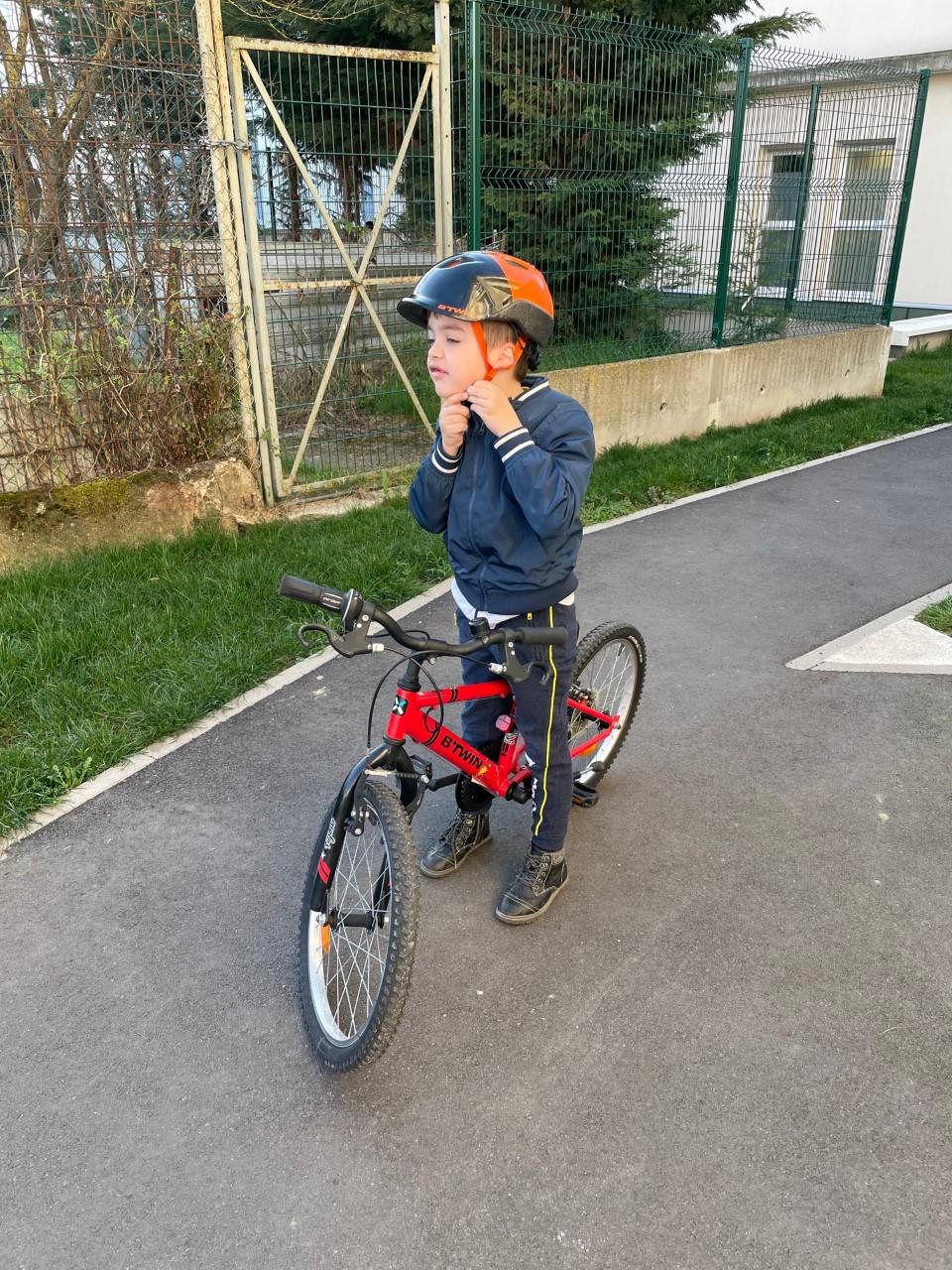 Un niño aprendiendo a montar en bicicleta durante una sesión de terapia ocupacional