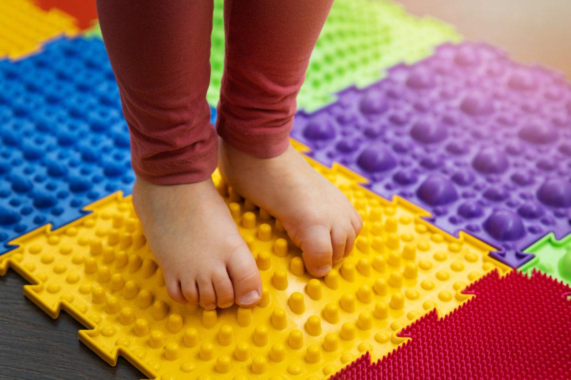 Niño sobre una alfombra sensorial Senso