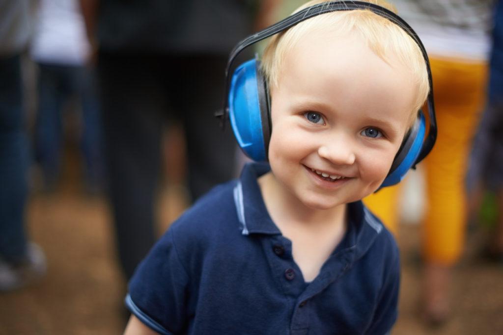 niño con cascos antirruido