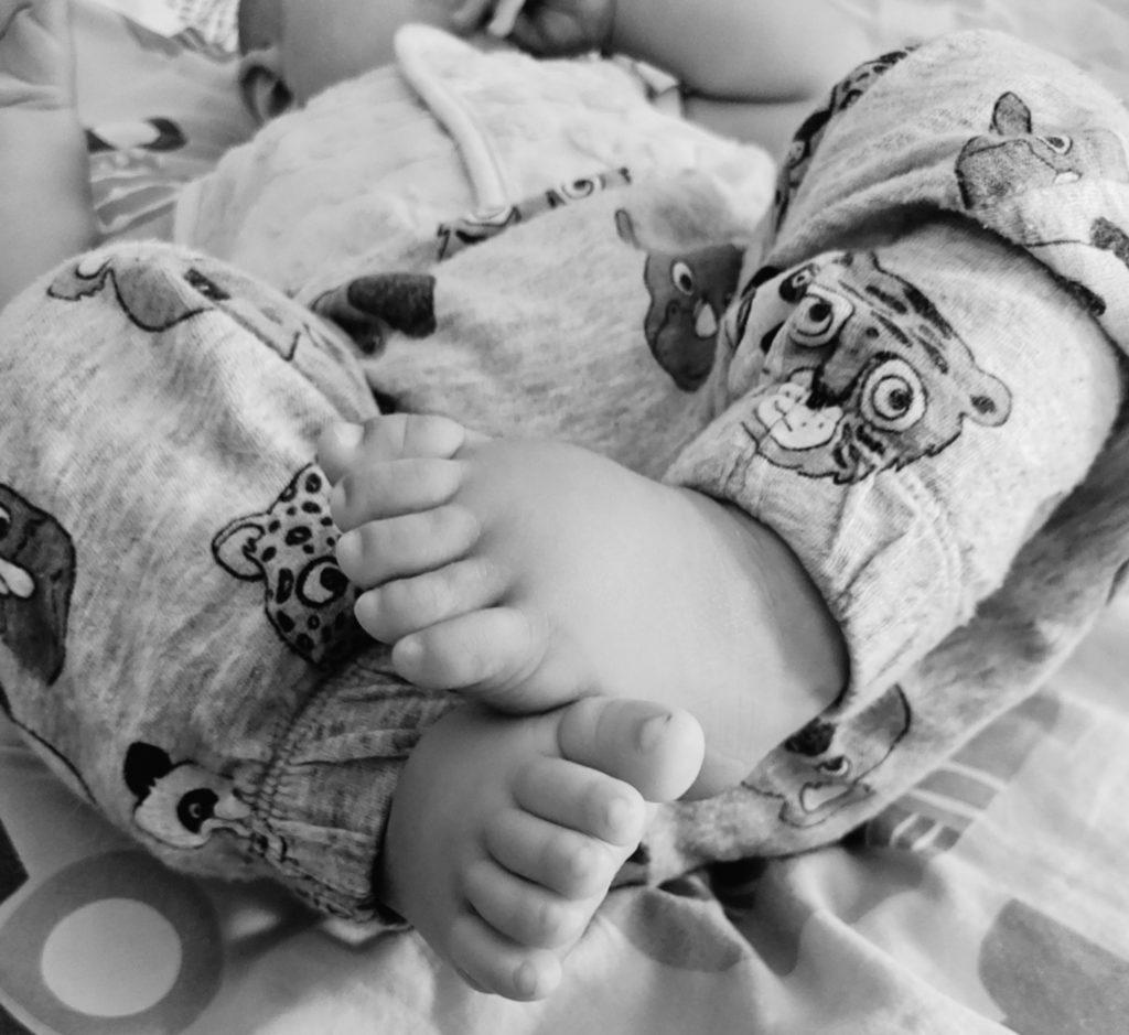 bebé descalzo